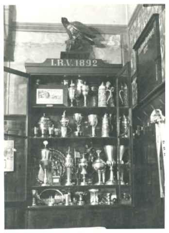 Errungene Pokale Renn- und Korsofahren vor der Metallablieferung am 12 April 1940.