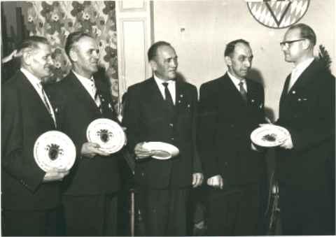 Philipp Zimmermann überreicht den Conti-Teller.