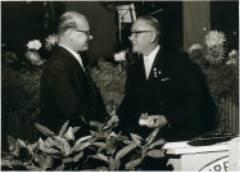 2. Vorsitzender Karl Dönisch überreicht Ph. Zimmermann für seine Verdienste im Verein eine goldene Taschenuhr