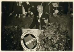 Oberbürgermeister Georg Wichtermann überbringt die Glückwünsche der Stadt