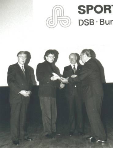 DSB Präsident Hans Hansen überreicht P. Pfister die Urkunde v.r. Staatssekretär Priesnitz, Peter Pister, Ph. Zimmermann.