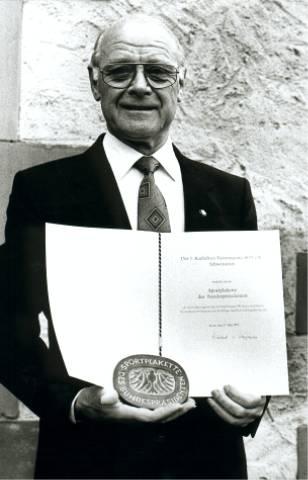 1. Vorstand Philipp Zimmermann mit Sportplakette und Urkunde.