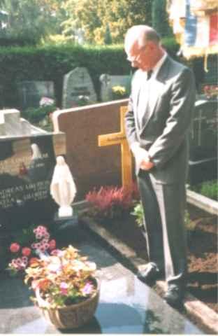 Vorsitzender Ph. Zimmermann am Grab vom Ehrenvorsitzenden Andreas Ullrich.