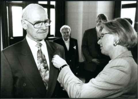 OB Grieser überreicht Philipp Zimmermann das Ehrenzeichen des Bayerischen Ministerpräsidenten für Verdienste im Ehrenamt.