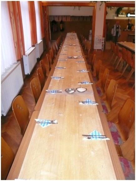 Tisch mit Holzbrett