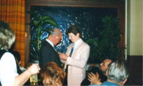 Das Vereinsabzeichen aus der Gründerzeit wurde Ehrenvorsitzenden Philipp Zimmermann angeheftet.