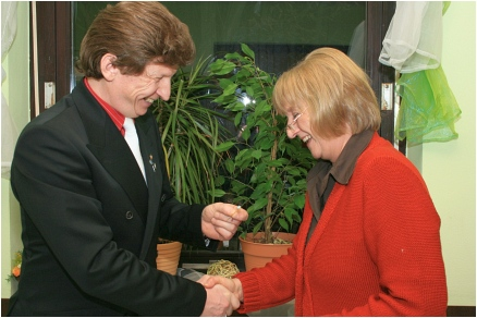 Helga Aue erhält goldene Verdienstnadel