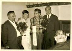 Bechhofen Radball 1965 Egbert Eyring u. Peter Endreß mit 1. Vors. Ph. Zimmermann